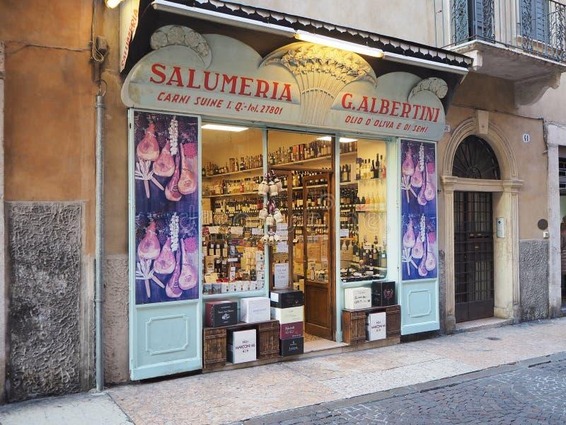 Verona, Italia Finestra del negozio degli alimentari con gli alimenti italiani tradizionali, pasta, vino, carni fotografie stock
