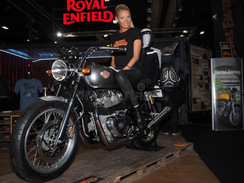 Verona, Italia - 20 gennaio 2018: vada in automobile l'Expo della bici, assistente di volo di bellezza sul moto durante l'Expo immagine stock libera da diritti
