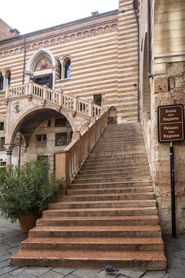VERONA, ITALIA: La scala antica entro il secolo 15 ha chiamato Ladder della giustizia in della Ragione, centro di Palazzo di Vero immagini stock