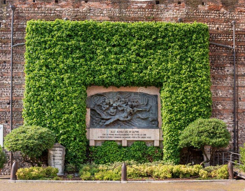 Verona, Italia - 6 maggio 2018: Monumento alle frecce alpine Tentato nell'estrazione mineraria degli italiani, l'edelweiss fotografia stock libera da diritti