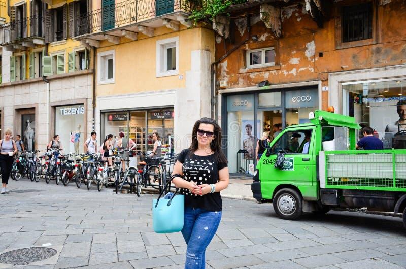 Verona Italia Mujer turística feliz foto de archivo libre de regalías