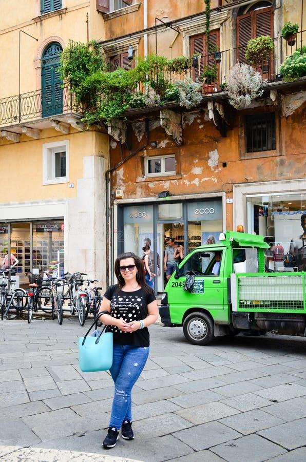 Verona Italia Mujer turística feliz fotografía de archivo