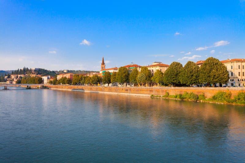 VERONA, ITALIA 8 settembre 2016: Paesaggio con il fiume di Adige, il ponte Ponte Nuovo e l'argine del fiume di Adige nel evenin d fotografia stock