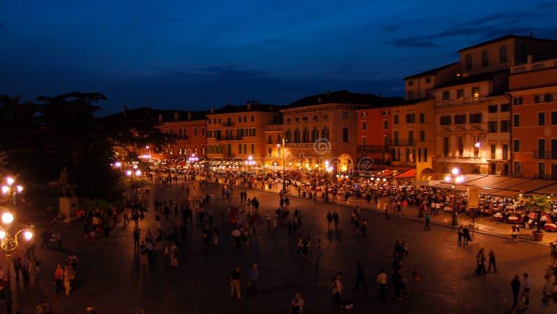 Verona, Italia - 2 settembre 2012: Vista superiore variopinta del quadrato davanti all'arena alla notte fotografia stock libera da diritti