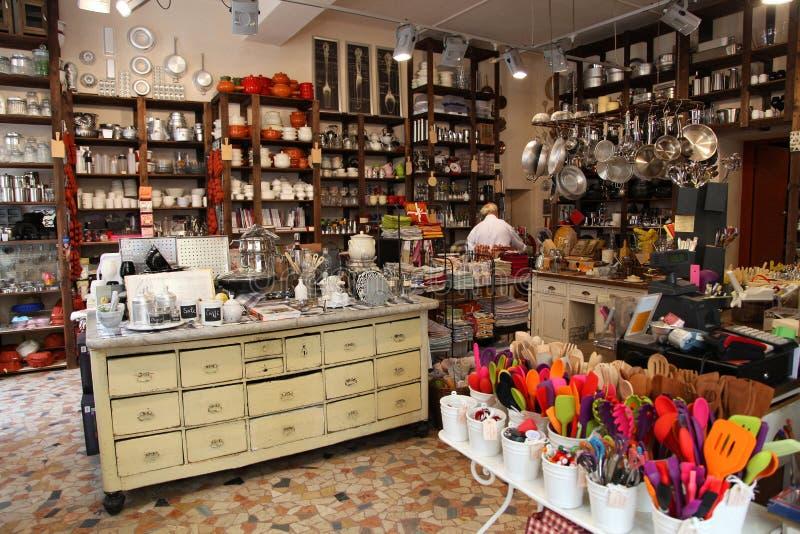 VERONA, ITALIEN - 31. AUGUST 2012: Reizender italienischer Shop mit bunten Küchengeräten in Verona, Italien stockfoto