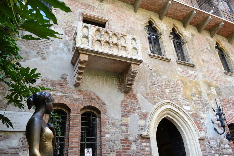 Balcony of Juliet and bronze statue of Juliet Capuleti of the house-museum of Juliet. stock photography