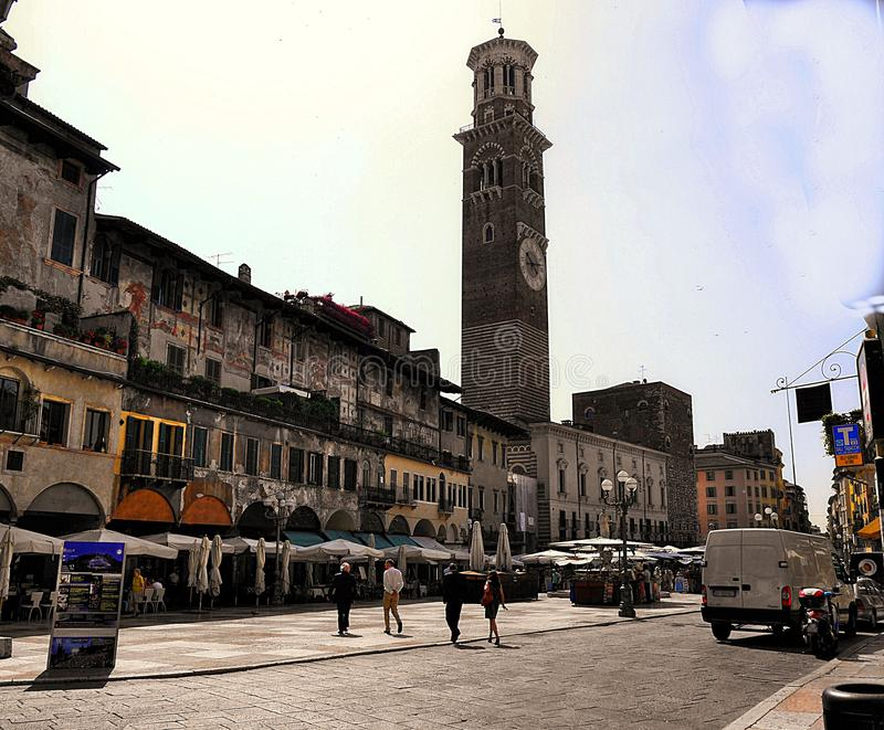Verona Italy/21st Czerwiec 2012/Tourists wędrówka w jawnym rynku obraz royalty free