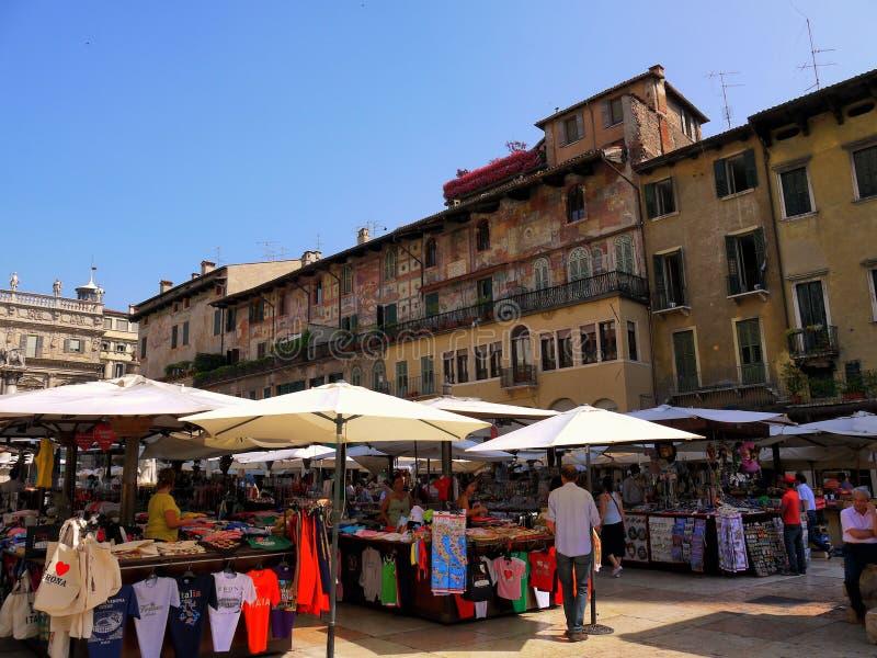 Verona Italy/21st Czerwiec 2012/Tourists wędrówka w jawnym rynku obraz stock