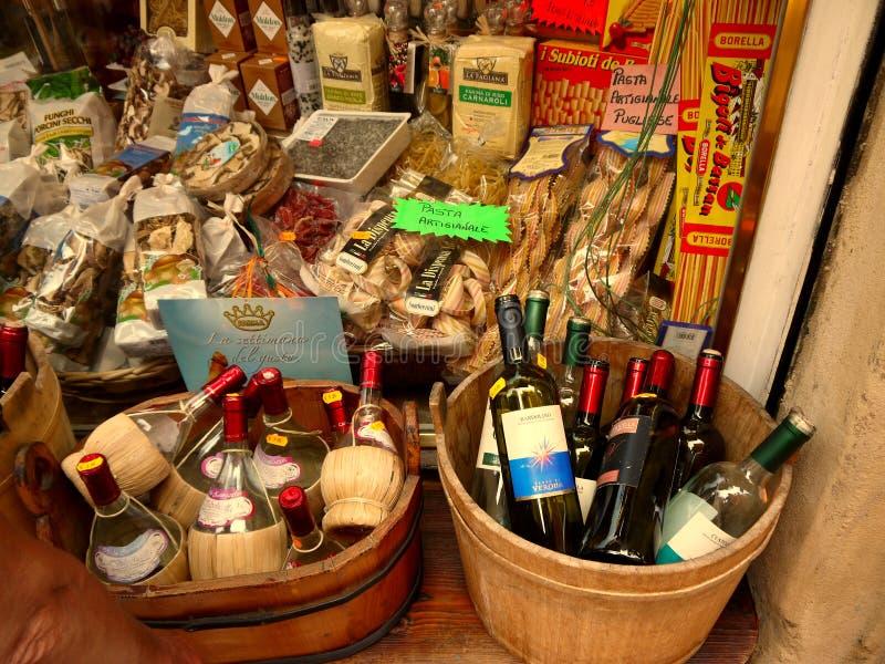 Verona Italy /21st Juni 2012/A skärm av lokala viner och traditien royaltyfri foto