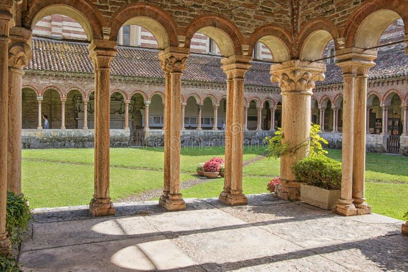 Verona, jarda da basílica de San Zeno Maggiore no verão foto de stock royalty free