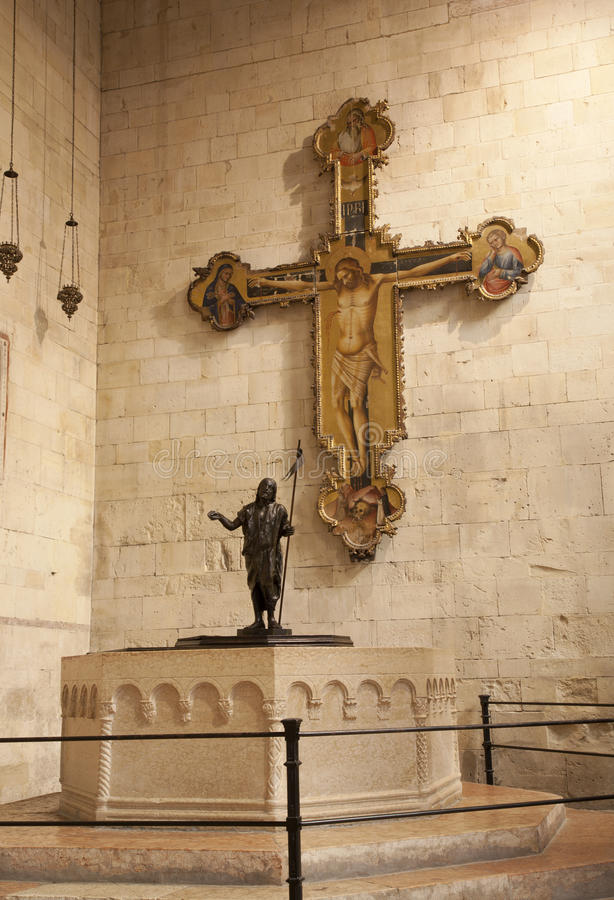 Verona - Jesus na cruz e no baptistery na basílica San Zeno fotos de stock