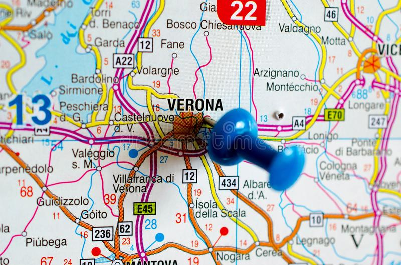 Verona op kaart stock foto