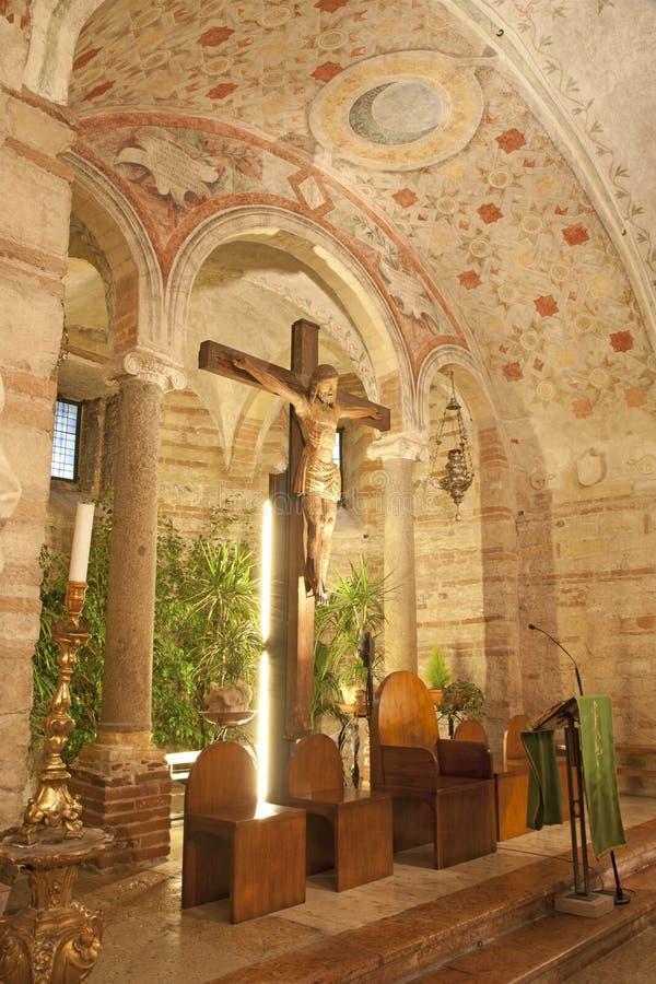 Verona - Schongebiet der unteren Kirche San Fermo Maggiore des Romanesque stockfotos