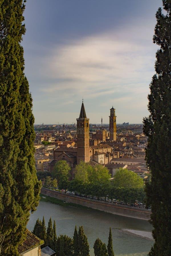 Verona Skyline con il fiume di Adige, la basilica di Santa Anastasia e la torre di Lamberti, Italia fotografie stock