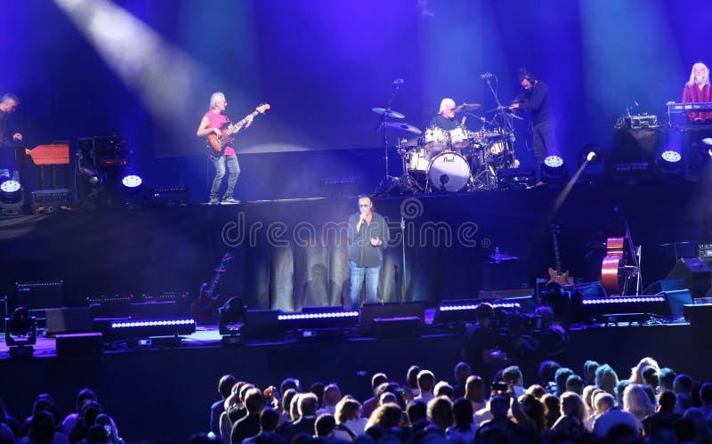 Verona, VR, Italia - 23 de septiembre de 2018: VENDITTI un cantante-compositor italiano durante concierto vivo en la arena imagenes de archivo