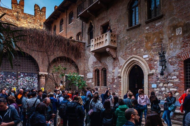 """Verona, Włochy †""""Marzec 2019 Statua Juliet w ogródzie stylu 1300s muzeum z kamiennym balkonem i dom, powiedział obrazy stock"""