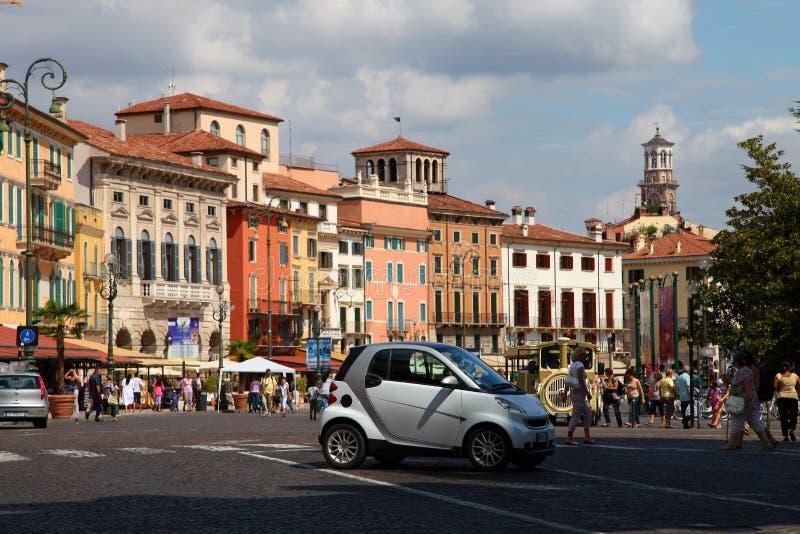 VERONA WŁOCHY, SIERPIEŃ, - 31, 2012: Mały samochodowy Mądrze na głównym placu w Verona - piazza stanik zdjęcia stock