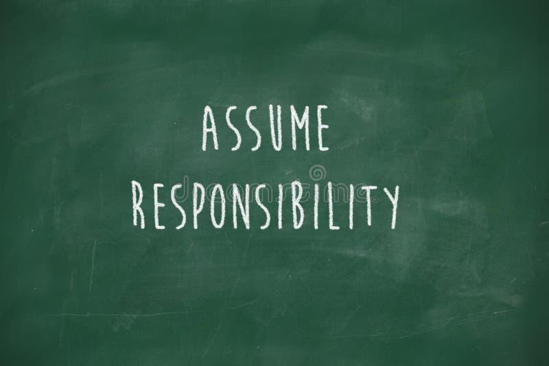 Veronderstel verantwoordelijkheid met de hand geschreven op bord stock foto