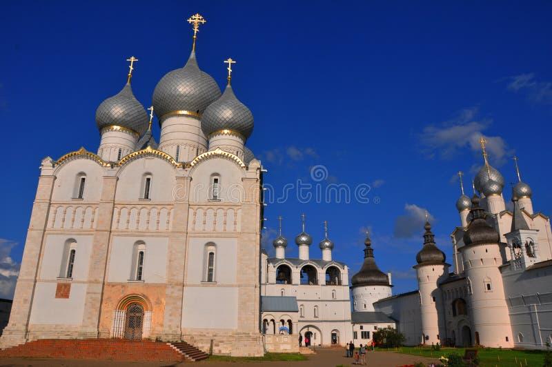 Veronderstellingskathedraal, klokketoren en Kerk van de Verrijzenis in het Kremlin in Rostov Groot stock fotografie