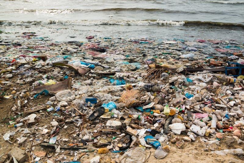 Verontreinigd strand in een visserijdorp in Vietnam, milieuvervuilingconcept stock afbeelding