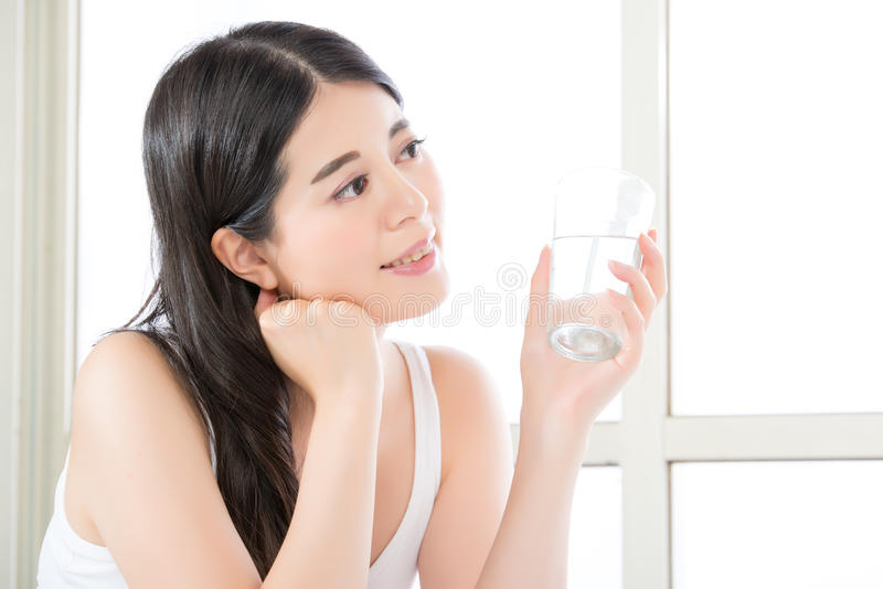 Verontreinigend duidelijk water met slijm vindt u nooit het goede drinken wa royalty-vrije stock afbeeldingen