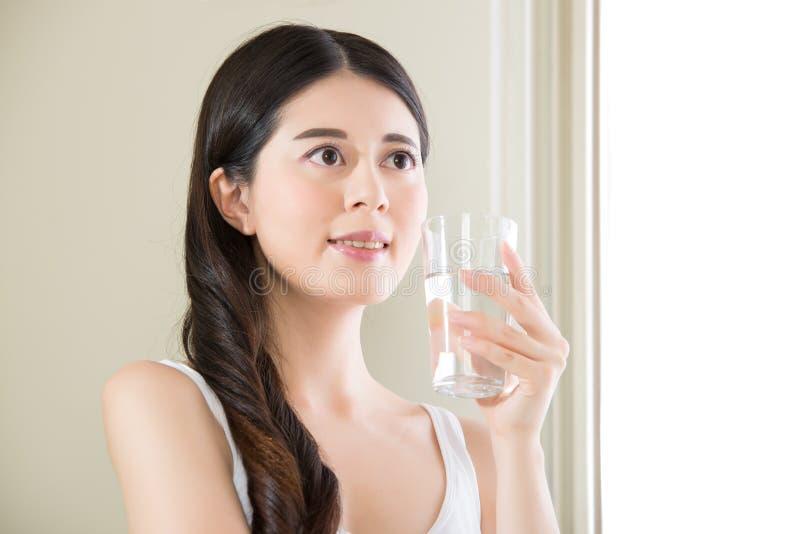 Verontreinigend duidelijk water met slijm vindt u nooit het goede drinken wa stock foto