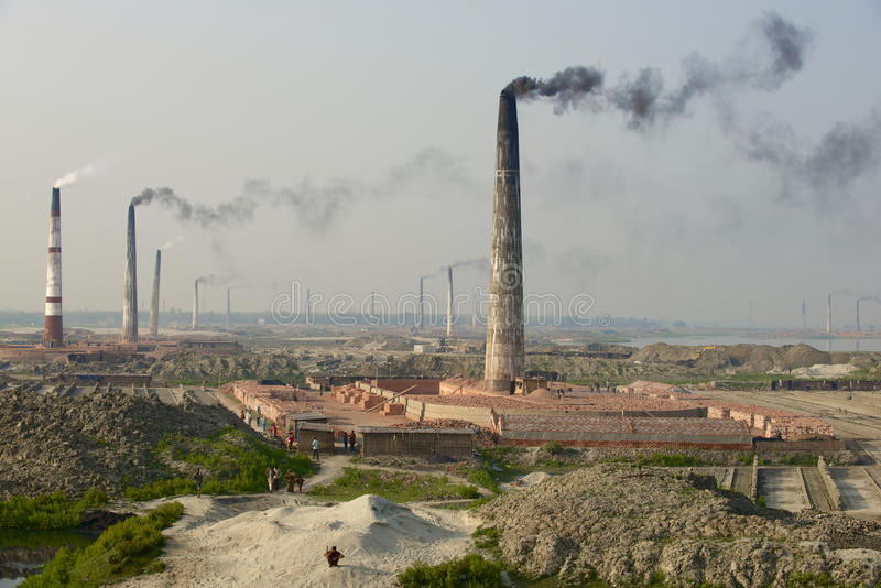 Verontreinigende de fabriekenpijpen van de luchtbaksteen in Dhaka, Bangladesh stock fotografie