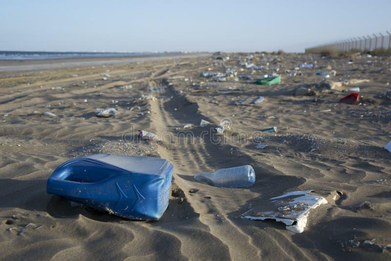 Verontreiniging bij strand in Oman stock fotografie