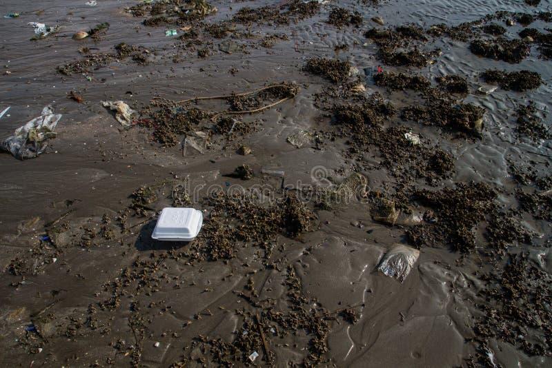 Verontreiniging in bruin zand op de strandtextuur. royalty-vrije stock afbeeldingen