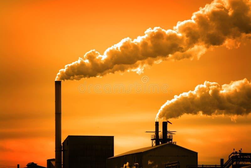 Verontreiniging en Rook van Schoorstenen van Fabriek of Elektrische centrale stock foto's