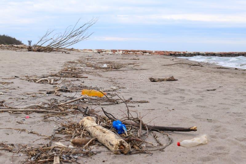 verontreiniging en vernietiging van het planeet Milieuprobleem Het concept van de ecologie plastiek op het strand Gemorst huisvui stock foto