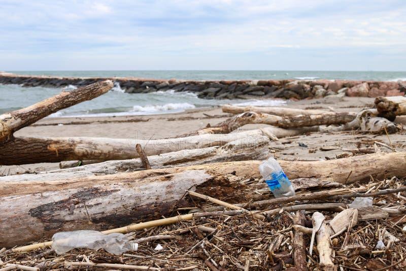 verontreiniging en vernietiging van het planeet Milieuprobleem Het concept van de ecologie plastiek op het strand Gemorst huisvui royalty-vrije stock afbeeldingen
