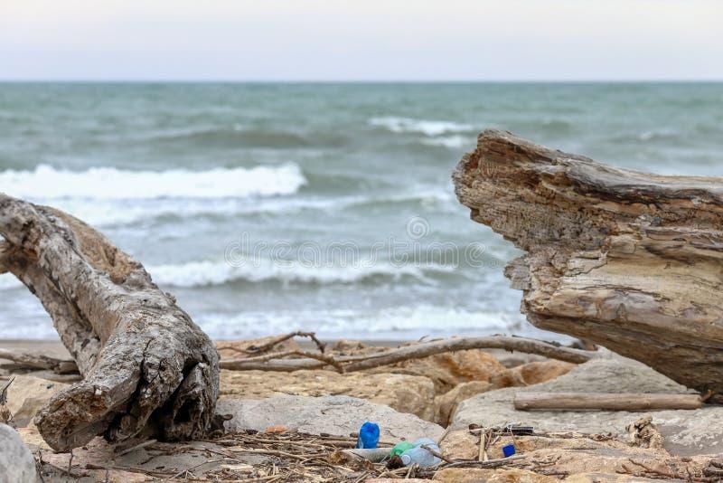 verontreiniging en vernietiging van het planeet Milieuprobleem Het concept van de ecologie plastiek op het strand Gemorst huisvui stock afbeelding