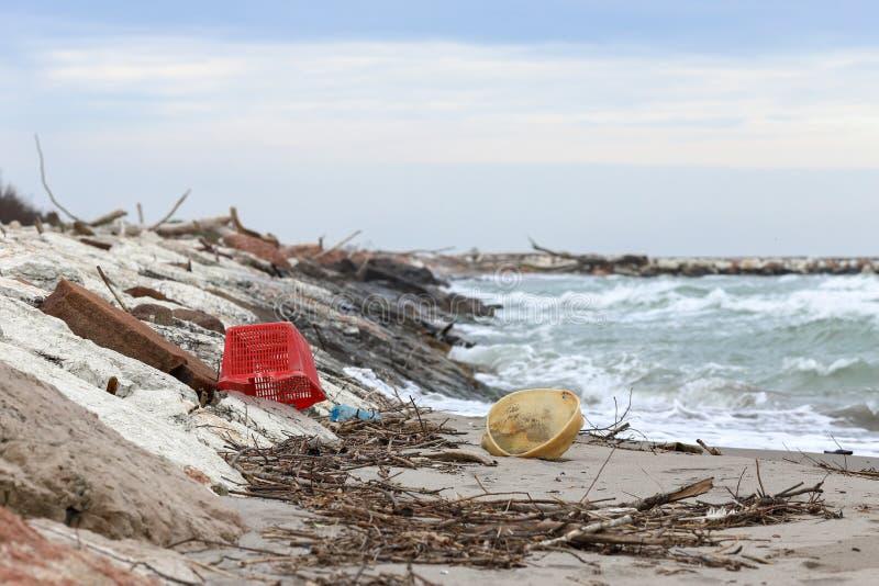 verontreiniging en vernietiging van het planeet Milieuprobleem Het concept van de ecologie plastiek op het strand Gemorst huisvui royalty-vrije stock foto's
