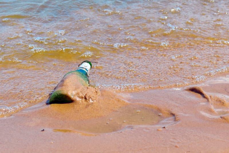 Verontreiniging van de rivieren en de oceaan Probleem van milieuvervuiling De vrijwilligers maken het strand van huisvuil schoon  stock foto's