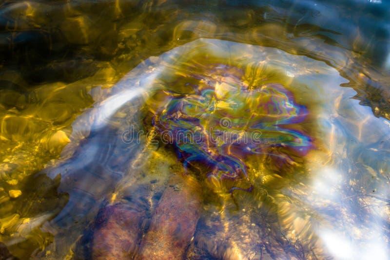 Verontreiniging van het milieu, dat wanneer het vervoeren van aardolie grondstoffen langs de rivier voorkomt royalty-vrije stock afbeelding