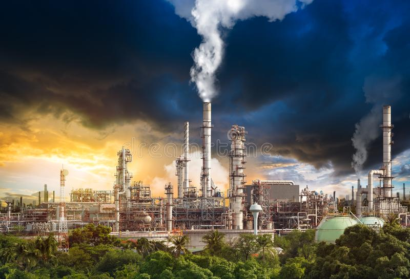 Verontreiniging van olieraffinaderij stock afbeeldingen