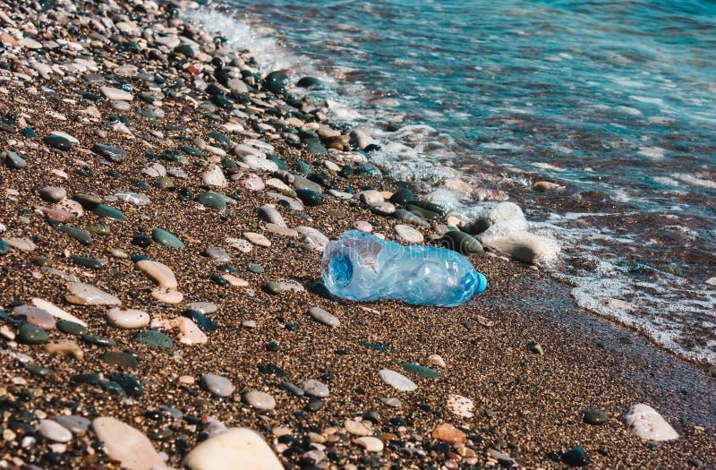 Verontreiniging van plastic waterflessen Milieubegrip stock afbeeldingen