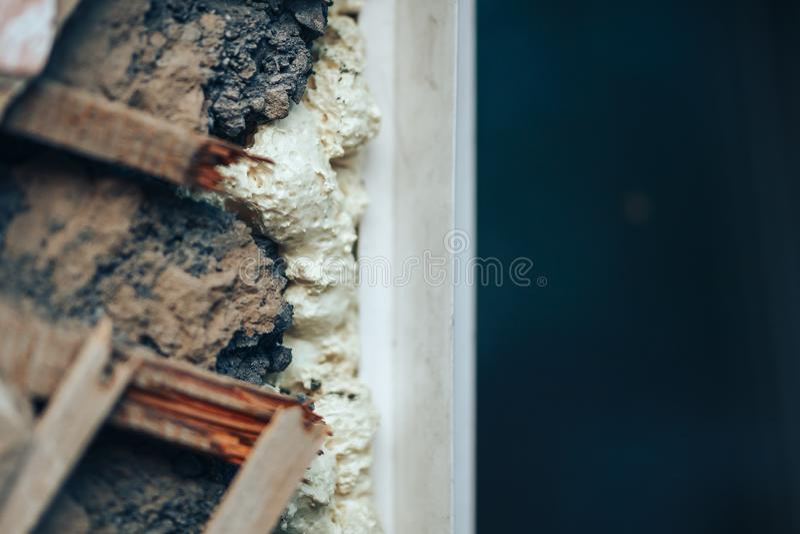 Verontruste muur met gaten in pleister en houten lat royalty-vrije stock foto's