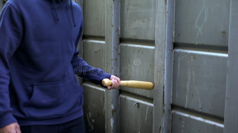 Verontruste tiener die met honkbalknuppel lopen, open bedreiging, hooligan intimidatieprobleem royalty-vrije stock foto's