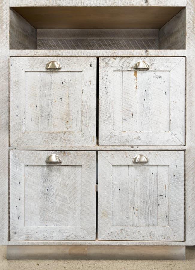 Verontruste witte houten vloerkabinetten royalty-vrije stock afbeeldingen