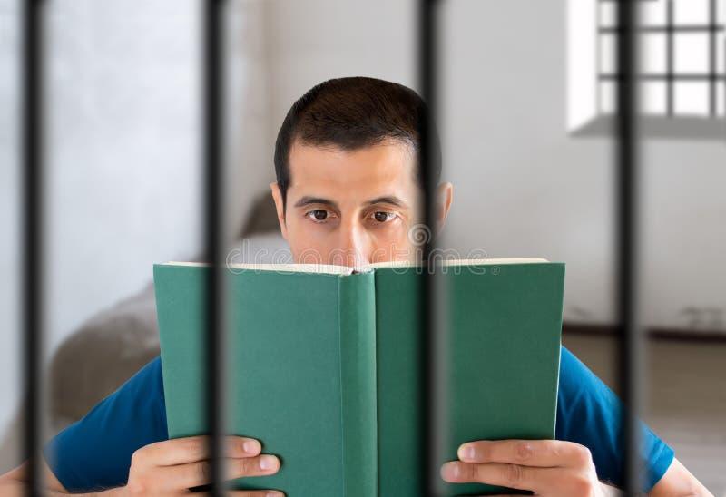 Veroordeel het lezen van een boek stock afbeeldingen