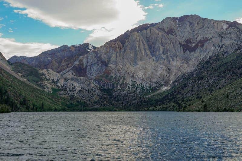 Veroordeel Meer in de Oostelijke Sierra Nevada -bergen, Californië, stock afbeeldingen