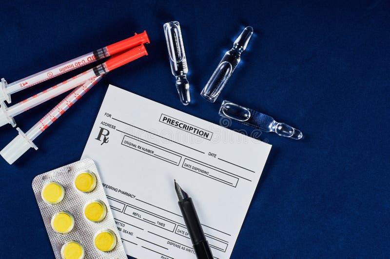 Verordnung, Stift, Tabletten, Spritzen und Ampullen stockfoto