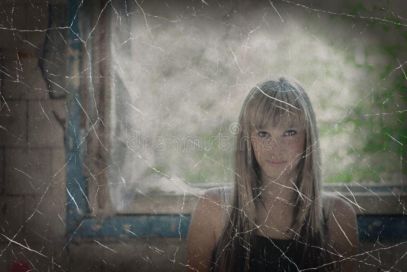 Verouderde foto van blonde haired vrouwen tegen venster stock afbeeldingen