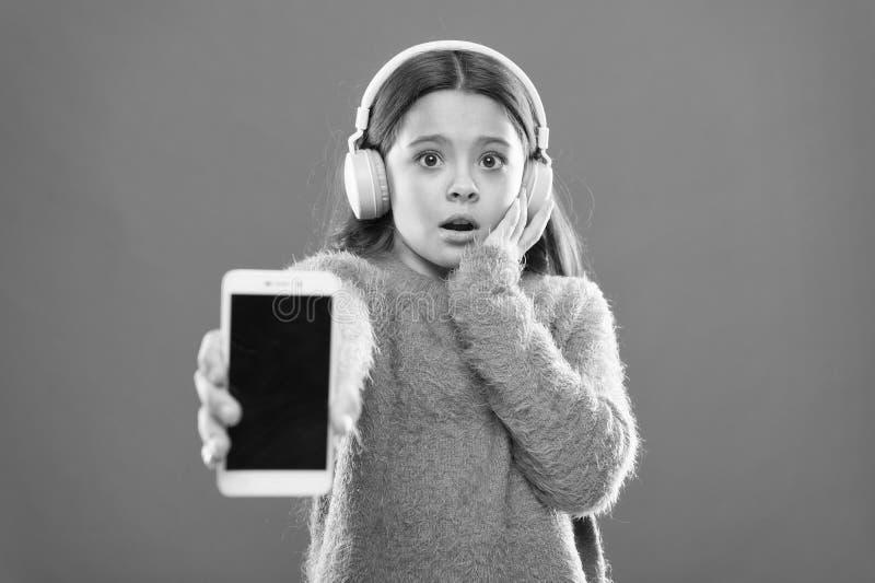 Verouderde toepassingsversie Beste vrije muziek apps Let op vrij Krijg het abonnement van de muziekrekening Geniet muziek van con stock foto