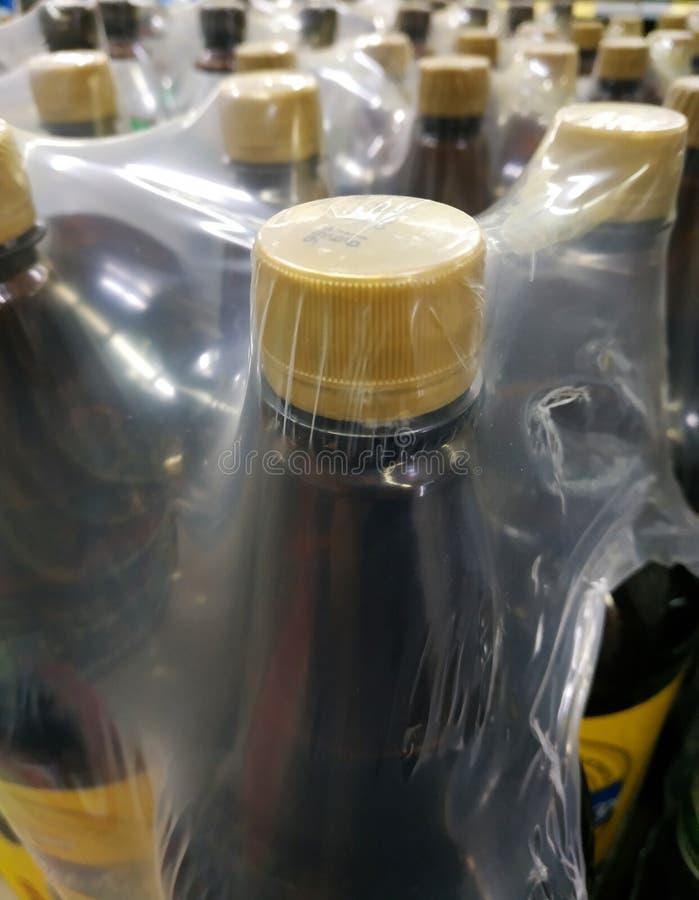 Verpacken von braunen Bierflaschen stockfotografie