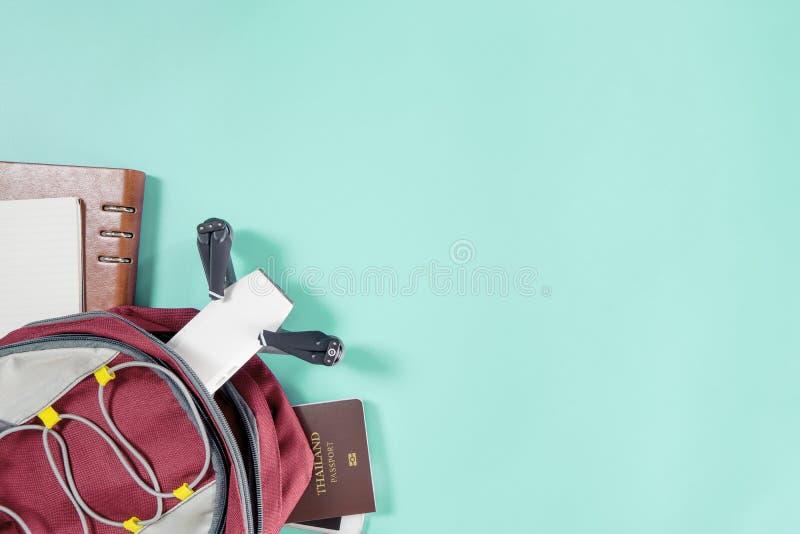 Verpackende Dokumente und Geräte für die Draufsicht der Reise flatlay auf blauem Pastell lizenzfreie stockbilder