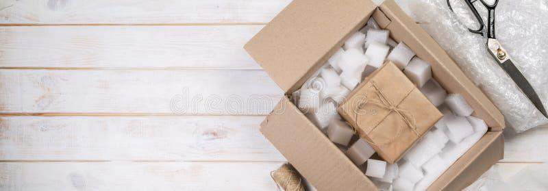 Verpackende Produkte für Lieferung, Versandservice lizenzfreies stockfoto