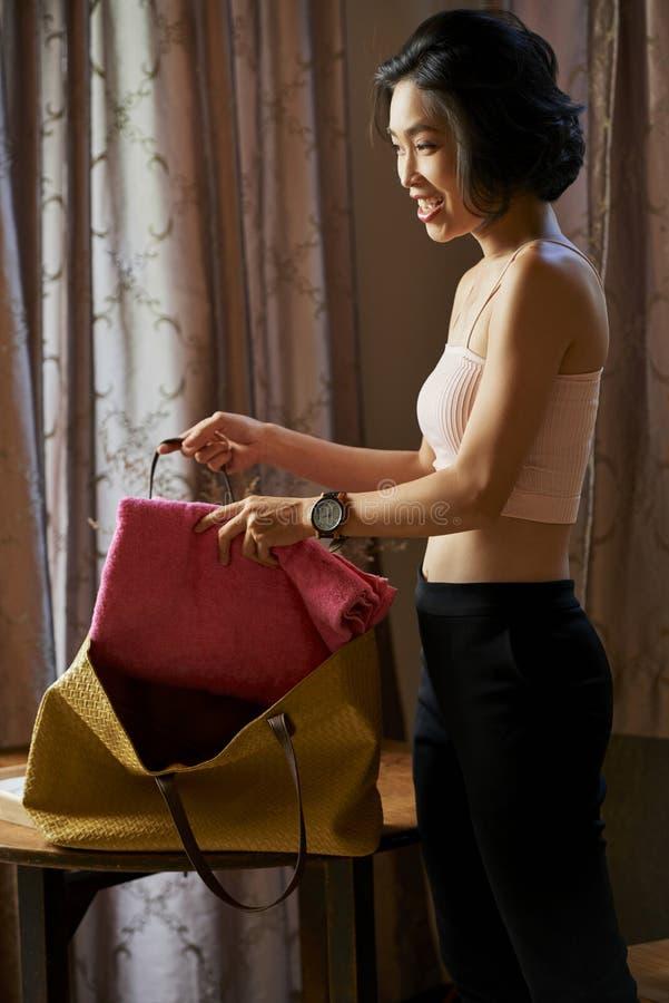 Verpackende Turnhallentasche der Frau stockfotos